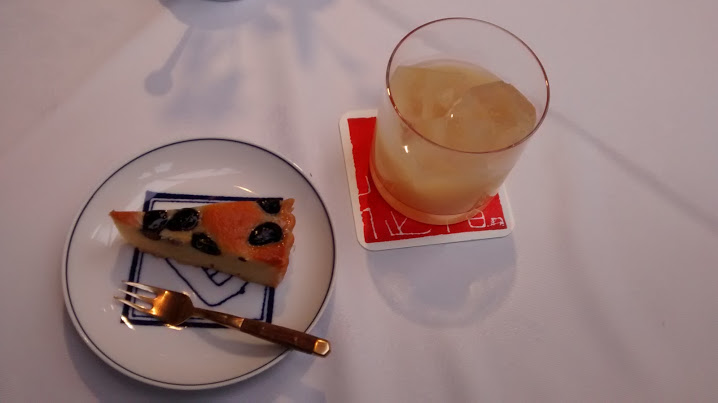 Tocen Goshoboh: famous peach juice and a cake